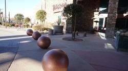 I den varma februarisolen utanför Fort McDowell och restaurang Ahnala Mesquite Room.